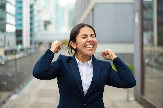 Femme d'affaires excité célèbre le succès