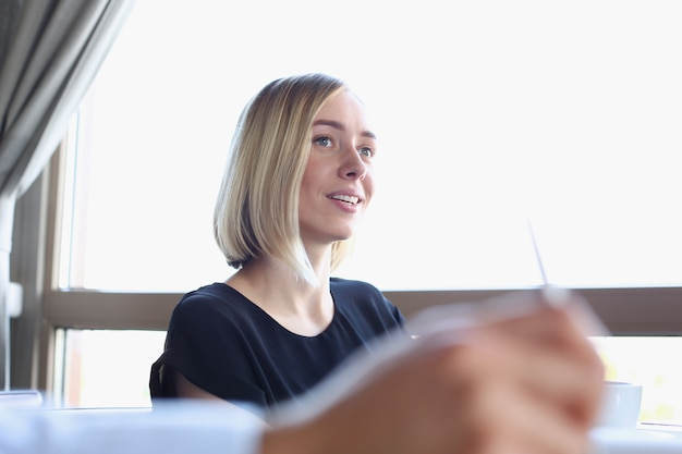 Femme d'affaires explique la politique d'entreprise
