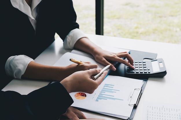 Femme d'affaires expliquer analyser le plan de vente de l'entreprise et le propriétaire de l'entreprise