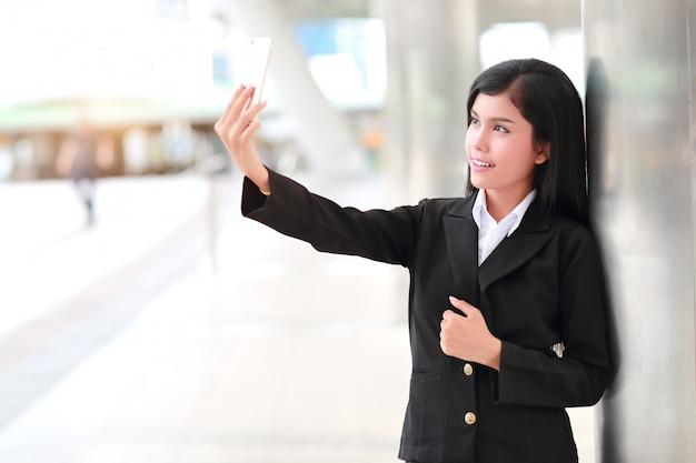 Femme d'affaires faire autoportrait