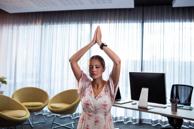 Femme affaires, faire, yoga, mains liées