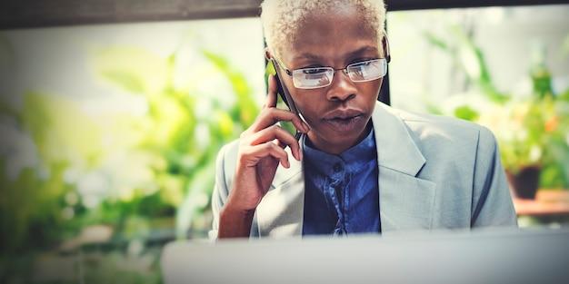 Femme d'affaires faisant un appel téléphonique