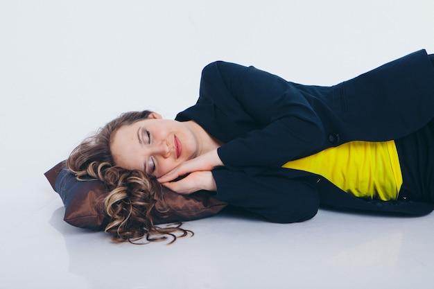 Femme d'affaires faisant une sieste