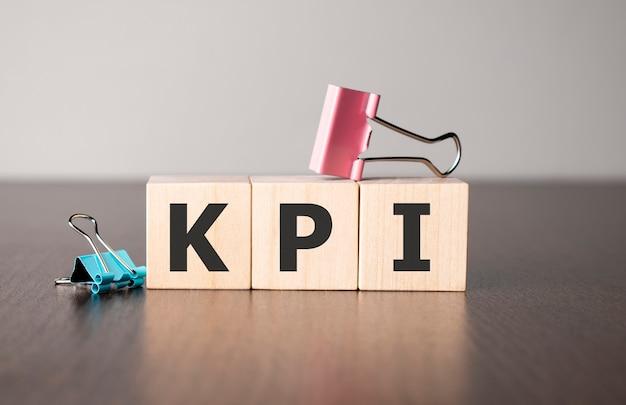 La femme d'affaires a fait le mot kpi avec des blocs de construction en bois.