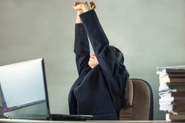 Femme d'affaires fatigué sur le bureau