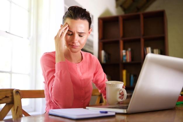 Femme d'affaires fatigué avec mal de tête tout en travaillant