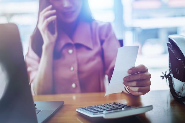 Femme d'affaires fatigué travaillant avec un ordinateur portable.