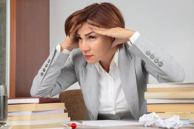 Femme d'affaires fatiguée au bureau et inquiète des émotions