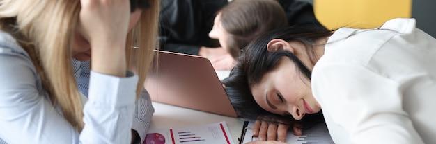 Femme d'affaires fatiguée dormir à table au bureau