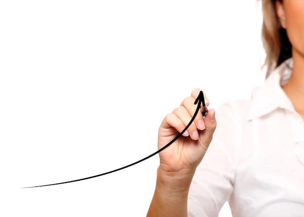 Une femme d'affaires avec une flèche qui monte sur fond blanc