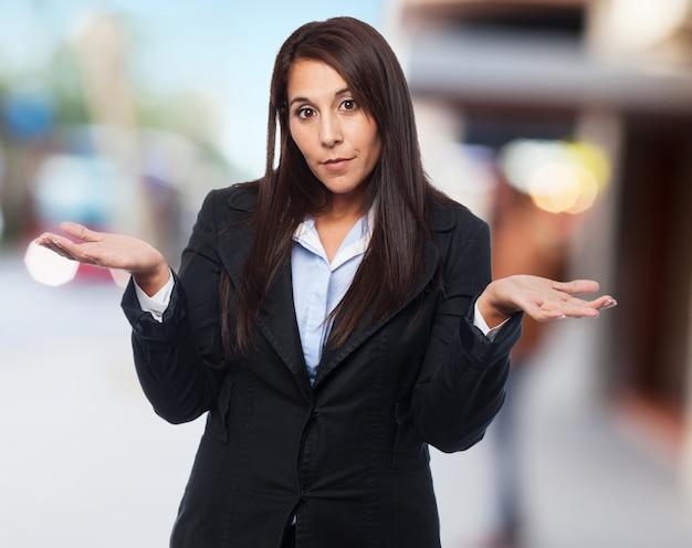 Femme d'affaires fraîche doutant
