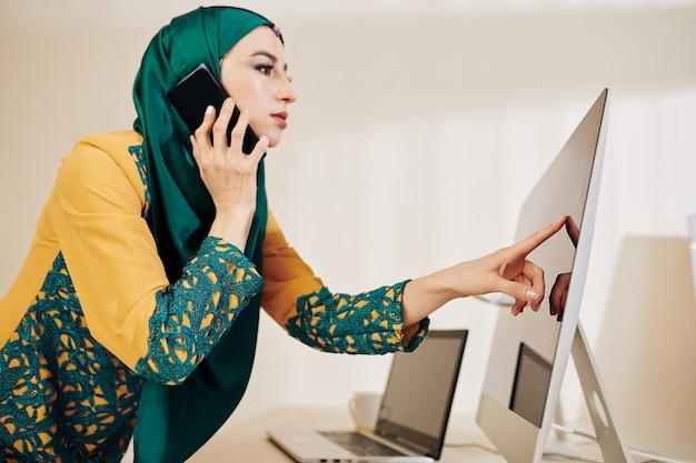 Femme d'affaires fronçant les sourcils parlant au téléphone