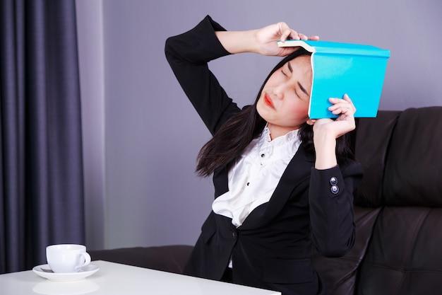 Femme d'affaires frustrée avec livre