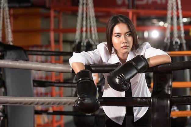 Femme affaires, à, gant boxe