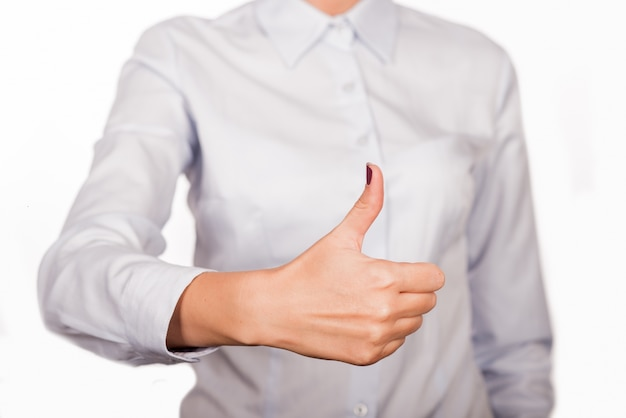 Femme d'affaires avec le geste des pouces vers le haut, isolé sur fond blanc