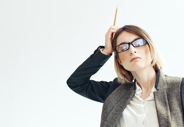 Femme d'affaires gestes avec ses mains sur un fond clair costume finance