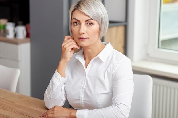 Femme d'affaires grand angle au bureau