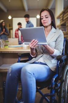 Femme d'affaires handicapée à l'aide de tablette numérique