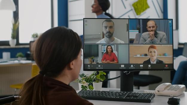 Femme d'affaires handicapée discutant pendant la vidéoconférence