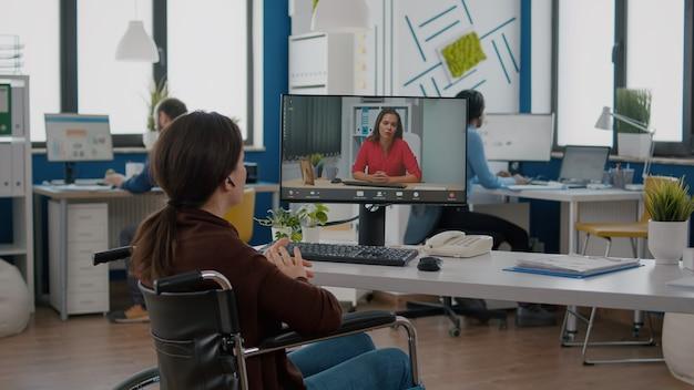 Femme d'affaires handicapée parlant du rapport de vente en vidéoconférence