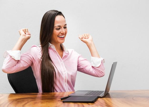 Femme d'affaires heureuse du projet
