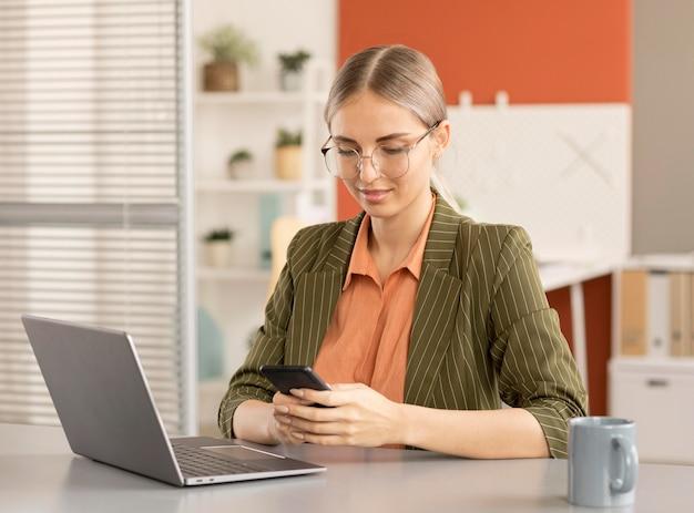 Femme d'affaires heureuse d'être de retour au travail