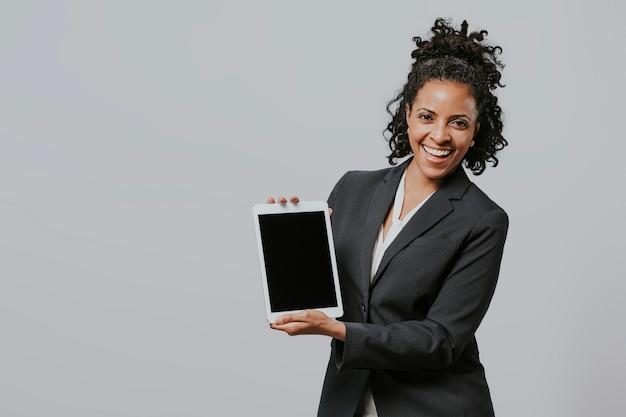 Femme d'affaires heureuse avec une tablette numérique