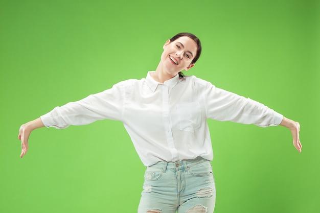 Femme d'affaires heureux debout et souriant isolé sur studio vert
