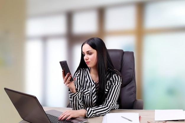 Femme affaires, homme affaires, séance, dans, une, bureau, regarder téléphone