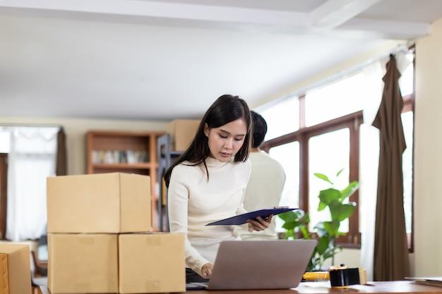 Femme d & # 39; affaires et homme travaillant à domicile