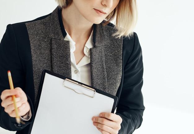 Femme d'affaires impressionnante avec des documents dans les mains vue recadrée