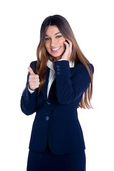 Femme d'affaires indienne asiatique parle de téléphone mobile