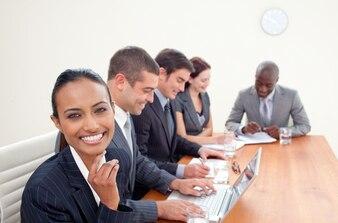 Femme d'affaires indienne souriante dans une réunion