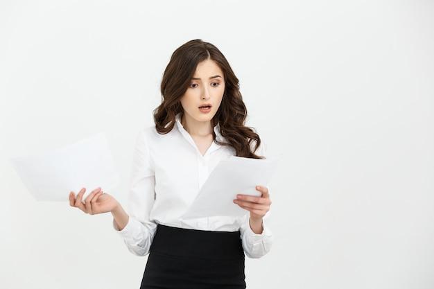 Femme d'affaires inquiet en lisant une notification isolée sur fond blanc.