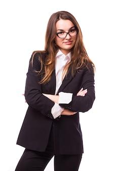 Femme d'affaires intelligente avec portrait de lunettes isolé sur mur blanc
