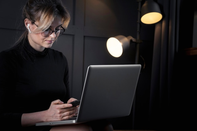 Femme d'affaires intelligente travaillant sur son ordinateur portable