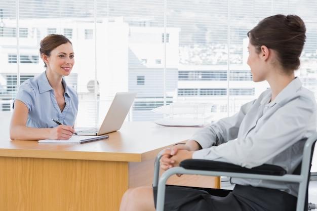 Femme d'affaires interviewer un candidat handicapé
