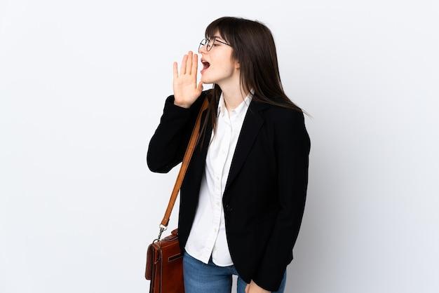 Femme affaires, isolé, blanc, crier, à, bouche grande ouverte