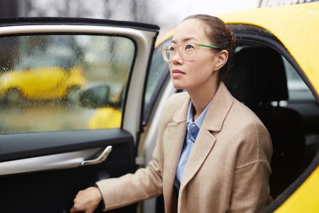 Femme d'affaires itinérante