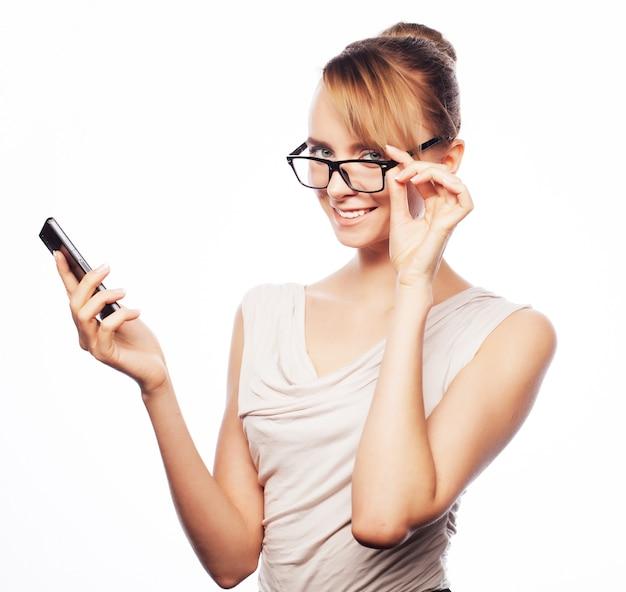 Femme d'affaires jeune appelant par téléphone