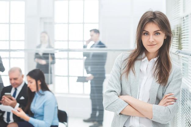 Femme d'affaires jeune debout dans un bureau moderne. photo avec copie-espace