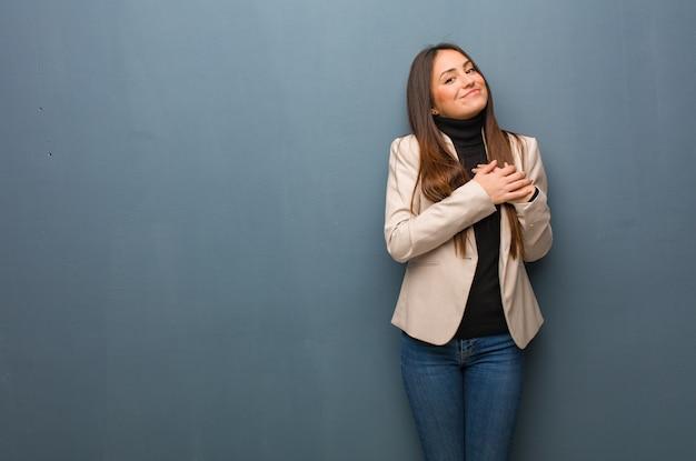 Femme d'affaires jeune faisant un geste romantique