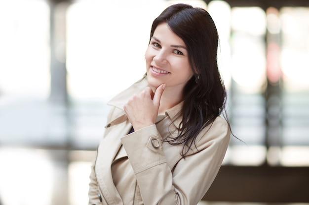 Femme d'affaires jeune sur le fond du bureau