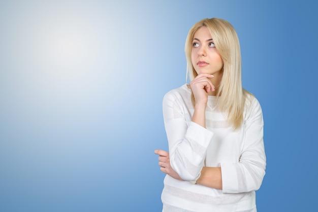 Femme d'affaires jeune isolé pensant
