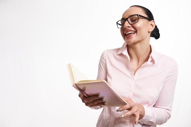 Femme d'affaires jeune avec un journal entre ses mains. fond blanc avec espace copie