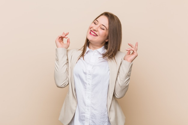 Femme d'affaires jeune joyeuse rire beaucoup. concept de bonheur.