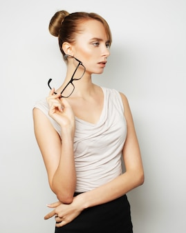 Femme d'affaires jeune avec des lunettes