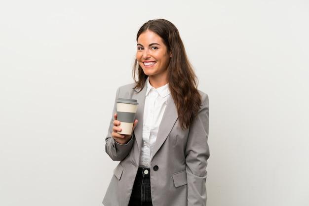 Femme d'affaires jeune sur mur blanc isolé