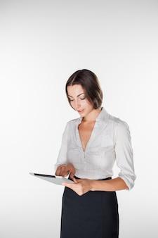 Femme d'affaires jeune avec ordinateur portable