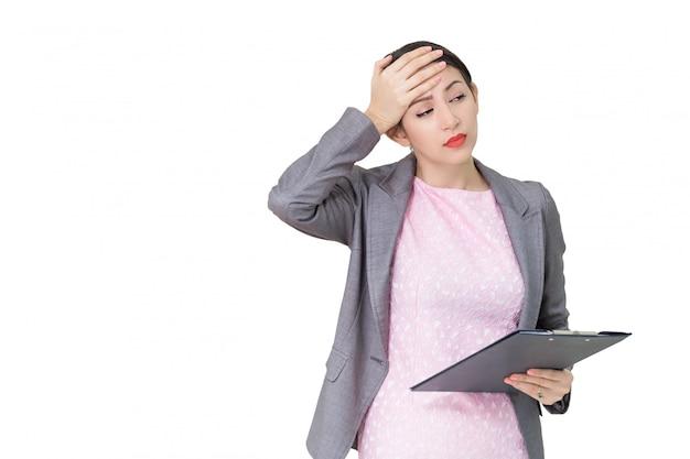 Femme d'affaires jeune a souligné isolé sur fond de mur gris